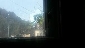 """Glasbruch an einem der Fenster des Hausprojektes """"Zeppi25"""" am 3. August 2014"""